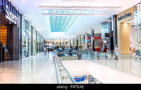 Johannesburgo, Sudáfrica, 5 de Mayo - 2018: Interior del moderno centro comercial.