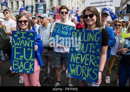 """Londres, Reino Unido. El 23 de junio de 2018. Decenas de miles de personas representando a una coalición de grupos pro-UE de marzo a través del centro de Londres en el segundo aniversario del Referéndum para pedir un """"voto popular"""" en cualquier Brexit acuerdo propuesto por el Gobierno para gestionar sus relaciones futuras con la Unión Europea. Crédito: Mark Kerrison/Alamy Live News"""