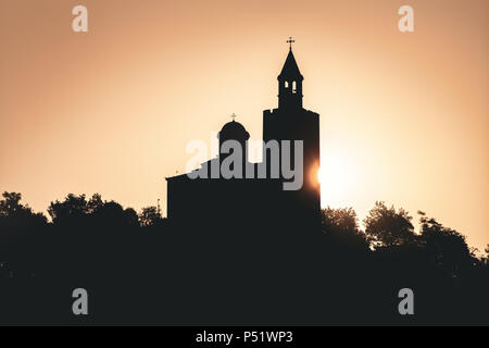 Vista del amanecer de Tsarevets Fortaleza en Veliko Tarnovo, en un hermoso día de verano, Bulgaria 2018.