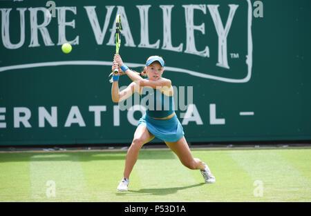Katie Swan de Gran Bretaña juega un disparo en su primera ronda partido contra Danielle Collins de EE.UU. durante el torneo de tenis internacional Nature Valley en Devonshire Park en Eastbourne East Sussex, Reino Unido. El 24 de junio de 2018