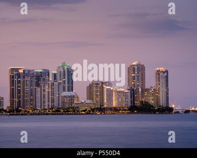 MIAMI, FLORIDA - CIRCA ABRIL 2017: Vista de la Bahía de Biscayne y Brickell Key de Key Biscayne en Miami