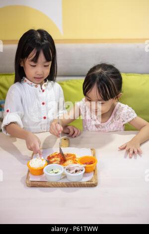 Poco asiáticas chicas chinas DIY mini pizza en casa