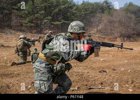 CAMP RODRÍGUEZ, Corea del Sur, República de Corea, Infantes de Marina y la Infantería de Marina de EE.UU. ejecutar una maniobra de fuego vivo y ejercicio en Camp Rodriguez, Corea del Sur, como parte del programa de intercambio Marina coreana 16-R 7 de abril de 2016. KMEP es un ejercicio bilateral que da ROK Marines y marines estadounidenses la oportunidad de entrenar a lado-a-lado y ayudar a mejorar la relación entre las dos naciones. Los infantes de marina son ROK ROK con la 1ª División de Infantería de Marina. Los Marines estadounidenses están con 9º, 3º Batallón de apoyo de ingenieros Marine Logistics Group, III Fuerza Expedicionaria de la Marina. (Ee.Uu. Marine Corps foto por CPL. Ryan C./ Red de liberación