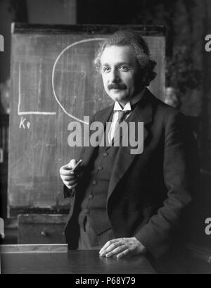 Fotografía de Albert Einstein (1879-1955) alemán de nacimiento físico teórico y filósofo de la ciencia. Fecha 1921 Foto de stock
