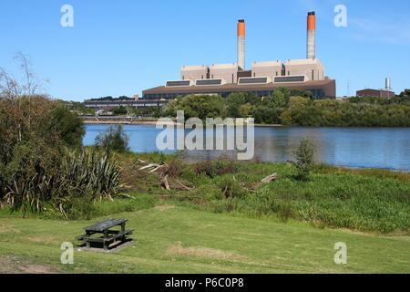 HUNTLY, NUEVA ZELANDIA - Marzo 14, 2009: Vista exterior de Huntly Power Station en la región de Waikato de Nueva Zelanda. La planta funcionó por Génesis Energy sup
