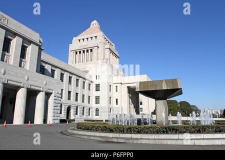 Las únicas, granito clásica torre central del edificio de la Dieta Nacional de Japón, el lugar de reunión del gobierno nacional, se levanta en un cielo azul