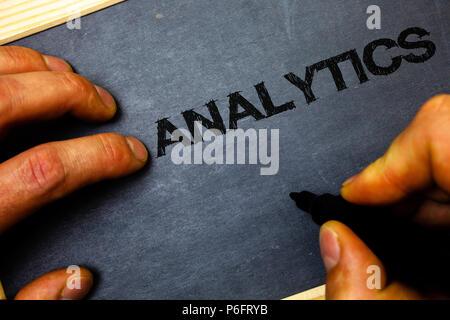 Escritura de texto Word Analytics. Concepto de negocio para el análisis de datos de información financiera Informe Estadísticas Dashboard hombre mantenga la celebración de marcador marcador negro