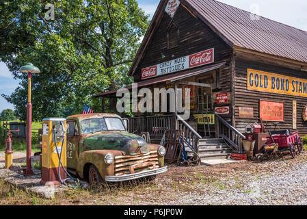 Crazy Mula Arts & Antigüedades en 1909 Lula, Georgia edificio almacén general en las estribaciones de las montañas Blue Ridge. (Ee.Uu.)