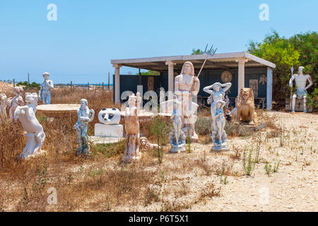 Un número de estatuas de jardín de estilo Griego en desuso permanente de paisajes y jardines, cerca del centro de Ayia Napa, Chipre Foto de stock