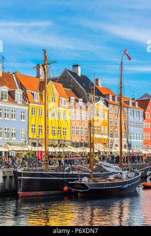 Copenhague, Dinamarca Hovedstaden, en el norte de Europa. Coloridas casas forrados en la costanera de Nihavn.