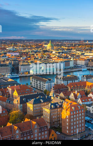 Copenhague, Dinamarca Hovedstaden, en el norte de Europa. Ángulo alto vistas al casco antiguo desde la iglesia de Nuestro Salvador en la puesta de sol.
