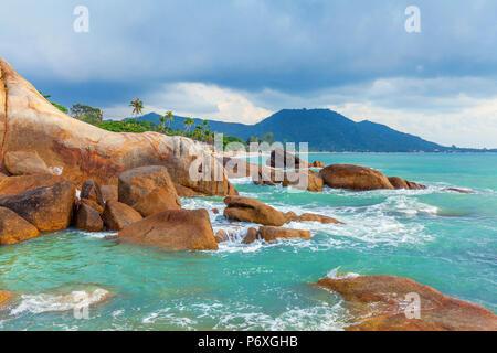 Mar azul y las rocas rojas de la isla de Koh Samui en Tailandia.