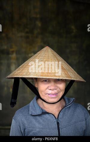 Retrato de mujer con sombrero cónico tradicional , Hoi An , Vietnam