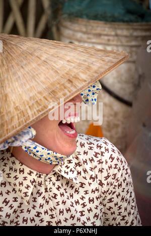 Retrato de mujer con sombrero cónico tradicional , Vietnam