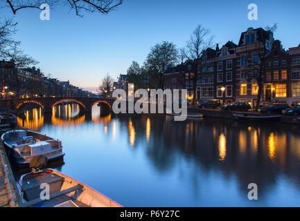 Al anochecer del canal Keizersgracht, Amsterdam, Países Bajos