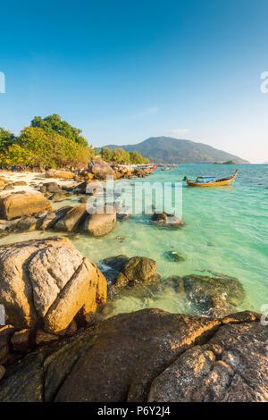 Sunrise Beach, Ko Lipe, Satun Provincia, Tailandia. El paisaje costero.