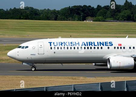 Turkish Airlines Boeing 737-900ER de rodadura para el despegue en el aeropuerto de Birmingham, Reino Unido (TC-JYC)