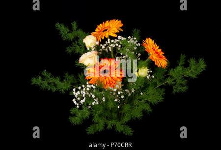 Precioso ramo de flores brillantes aislados en negro. Arreglo floral profesional.