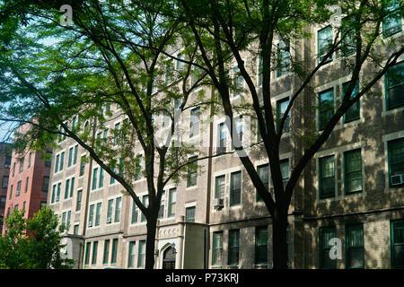 Construido en 1917-8, los Greystones fueron diseñados por el arquitecto George H. Wells para el Queensboro Corporation. Ubicado en la calle 80 entre 37un