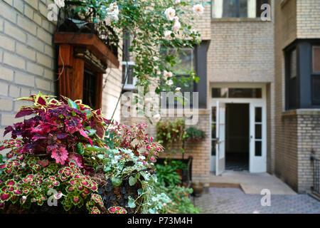 Enclavado en el corazón del distrito histórico de Jackson Heights, el Belvedere es uno de los edificios mejor conservados en el barrio. Se des