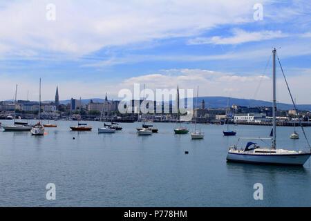 Dun Laoghaire Harbour con la ciudad de Dun Laoghaire en el fondo. Foto de stock