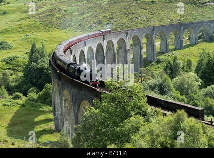 El Jacobite Express también conocido como el Hogwarts Express cruza el Viaducto de Glenfinnan en la ruta entre Fort William y Mallaig. Foto de stock