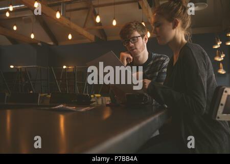 Par controlar la tarjeta del menú en el restaurante Foto de stock