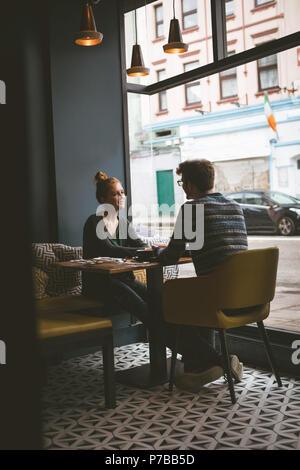 Par conversar el uno con el otro en la cafetería
