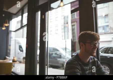 Joven en la cafetería Foto de stock