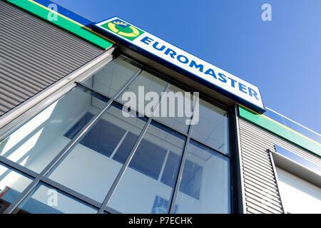 Euromaster firmar en el garage. Euromaster ofrece servicios de neumáticos y el mantenimiento del vehículo en toda Europa y es una filial del fabricante de neumáticos Michelin.