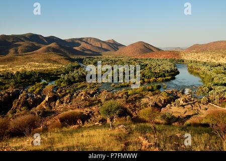 Vista de gran Paisaje con río Kunene y Epupa Falls, Kaokoveld, Namibia