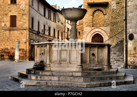 Bevagna, Perugia, Umbría, Italia: edificios medievales en la plaza principal de la ciudad, conocida como la Piazza Silvestri