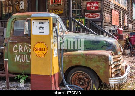 Añada Camión y bomba de gasolina Shell en Crazy Mula arte y antigüedades en las estribaciones de las montañas Blue Ridge en Lula, Georgia. (Ee.Uu.)