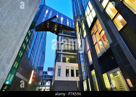 Alemania, en el Estado federado de Sajonia, Leipzig, moderna arquitectura en el campus, la izquierda, el anochecer Paulinum