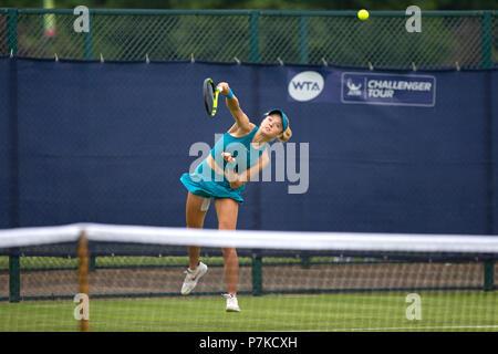 Katie Swan, British Jugador de tenis profesional, en medio de un servir durante un partido en el 2018 Nature Valley abierto. Swan está representada en el aire con el balón, visible en shot, habiendo dejado su raqueta.