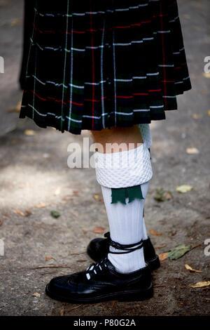 Calcetines blancos y plaid falda falda escocesa. Cultura