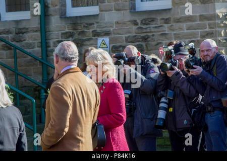 Príncipe de Gales y duquesa de Cornwall y Charles Prince de Gales siendo fotografiado fuera del Royal Hall, Harrogate, North Yorkshire, Inglaterra, Reino Unido
