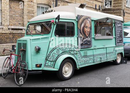 Londres, Reino Unido - 5 de junio de 2017: Una colorida y decorativos vintage Citroën alimentos camioneta estacionada en un mercado callejero de la ciudad de Londres.