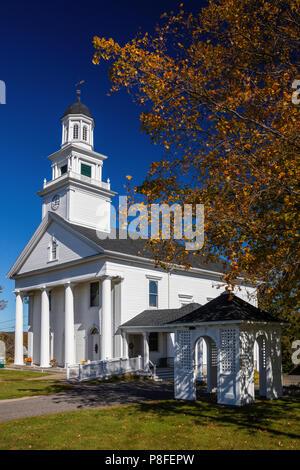 Iglesia de Cristo Congregational Church y árbol de arce en otoño, Goshen, Connecticut