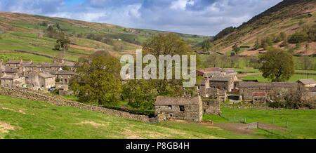 Reino Unido, Inglaterra, Yorkshire, Swaledale, Thwaite, casas de aldeas, granjas y establos de campo por debajo de las laderas de la colina Kisdon, panorámicas