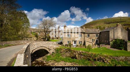 Reino Unido, Inglaterra, Yorkshire, Swaledale, Thwaite, casas de pueblo en puente sobre la paja Beck, panorámicas