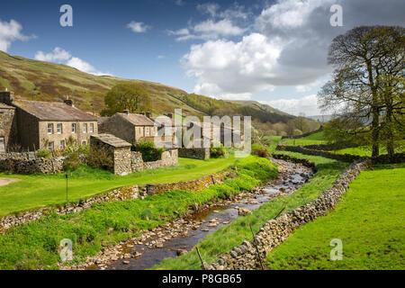 Reino Unido, Inglaterra, Yorkshire, Swaledale, Thwaite, casas de pueblo junto a Beck de paja