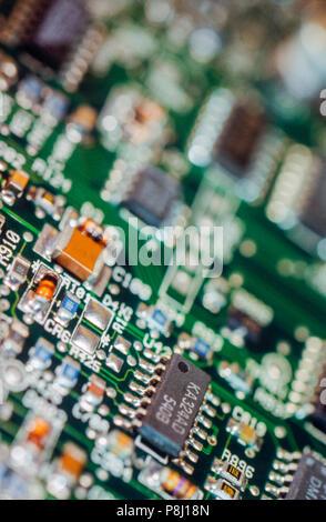 Close-up detalle de la placa del circuito electrónico, el cual parece una mini ciudad Foto de stock