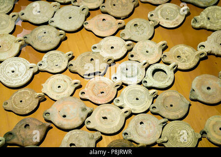 Lámpara de aceite de terracota. Disco central decorada con relieves. Antiquarium Arborense Museo Arqueológico. Oristano, Cerdeña, Italia.