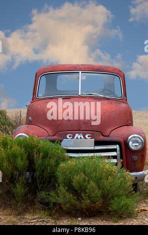 Abandonados GMC 1951 vintage camioneta pickup roja de Taos, Nuevo México