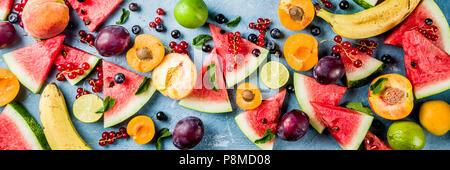 Vitamina concepto de comida de verano, diversas frutas y bayas sandía melocotón menta Albaricoque Ciruela grosella blueberry, plano creativo yacía sobre una luz azul backgrou