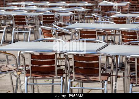 En Stühle Leere Tische und einem Restaurant