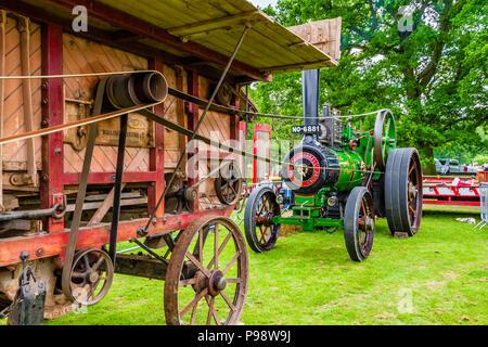 Funcionamiento del motor de vapor viejos una máquina de balas como una demostración en el Show del Condado de Northumberland, Reino Unido, mayo de 2018.