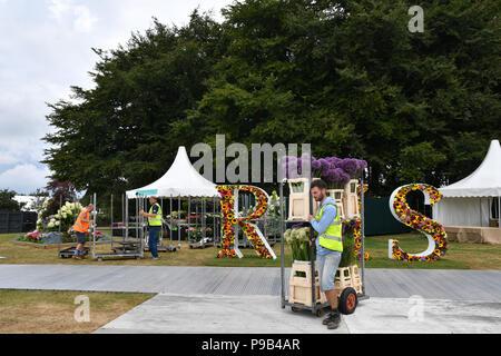 Tatton Park, Cheshire, Reino Unido. El 17 de julio de 2018. Expositores hacer los toques finales a sus exposiciones de crédito: Simon Maycock/Alamy Live News
