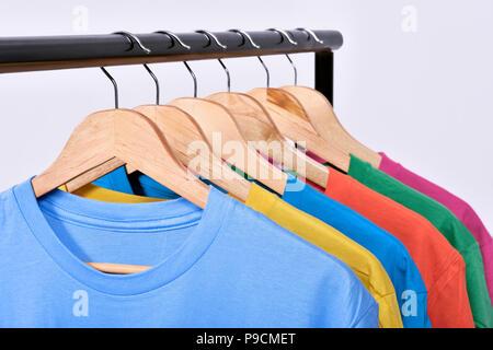 Colgar la ropa en una estantería después del lavado aislado sobre fondo blanco.